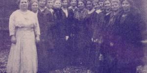 Left to right: Mesdames H.S. Schwartz, Hyman Podolsky, unidentified, Escovitz, J. Gross, Alex Hepps, M.I. Grinberg, J. Davidson, I. Grossman, Samuel Mervis, Aaron Weiss, Israel, Alex Lembersky, and Samuel Rosenthal.