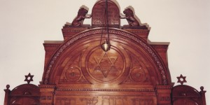"""It was carefully removed from the synagogue before it was handed over to the church and installed in Beth Shalom in Squirrel Hill, Pittsburgh.  The verse translates to, """"I have set the Lord always before me"""" (Psalms 16:8)."""
